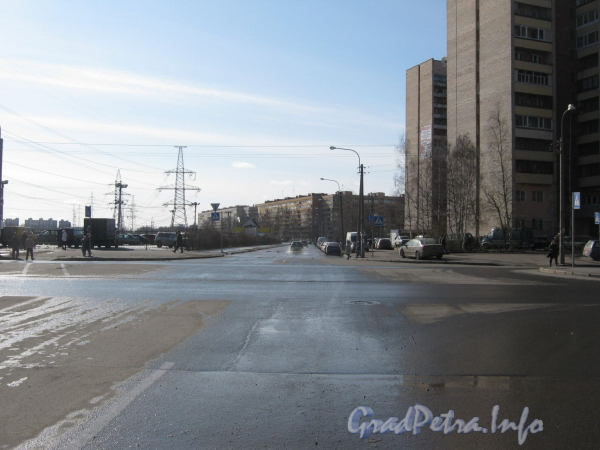 Перспектива Брестского бульвара от дома 13 (справа) и ул. Маршала Захарова в сторону ул. Рихарда Зорге. Фото март 2012 г.