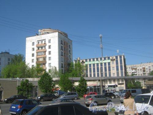 Бульвар Новаторов, дом 79 (слева) и здание АТС по адресу: Дачный пр., дом 17, корпус 2 (справа). Общий вид со стороны дома 116. Фото май 2012 г.