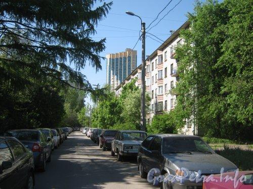 Бульвар Новаторов, дом 110 (справа) и проезд вдоль дома и ул. Танкиста Хрустицкого в сторону бульвара Новаторов. Фото 23 мая 2012 г.