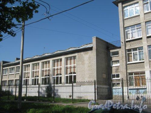 Бульвар Новаторов, дом 104. Общий вид со стороны дома 32 по ул. Танкиста Хрустицкого на 2- этажную часть здания. Фото 23 мая 2012 г.