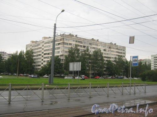 Серебристый бульвар, дом 22, корпус 3. Вид на часть здания, выходящую на пр. Испытателей. Фото 25 июня 2012 г.