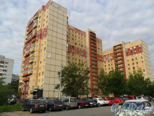 Серебристый бульвар, дом 38. Вид дома с улицы Парашютной.желтый кораблик. Фото 8 июля 2013 г.