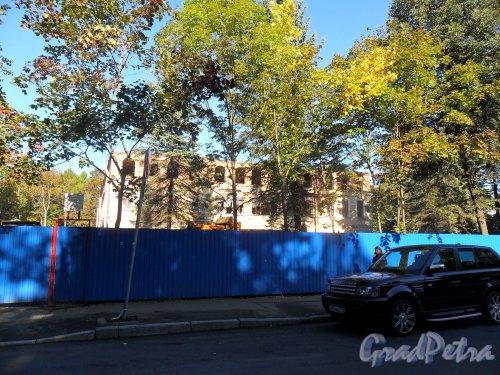 г. Пушкин, Софийский бульвар, дом 32 А. Реконструкция здания. Фото 6 сентября 2013 года.