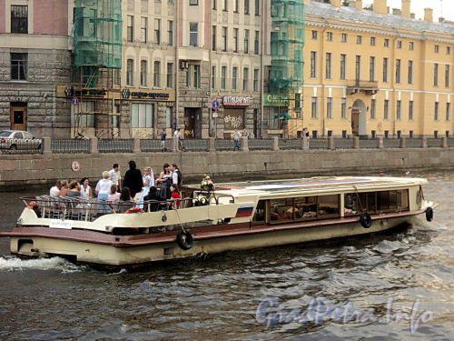 Прогулочный речной трамвайчик на Фонтанке. Фото июль 2010 г.