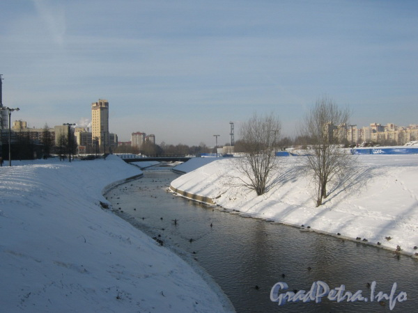 Река Оккервиль. Вид с мостика пешеходной дорожки параллельно Российскому пр. в сторону ул. Ворошилова. Фото февраль 2012 г.