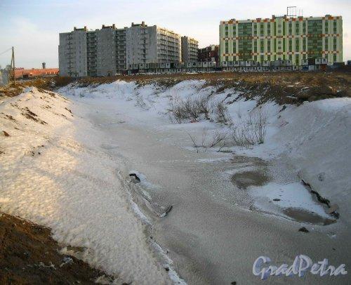 Безымянный проток в районе жилого комплекса «Семь столиц». Фото 24 марта 2013 г.