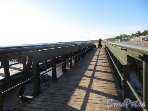 Новый пешеходный мост в устье реки Малая Сестра. Фото 4 июля 2013 г.