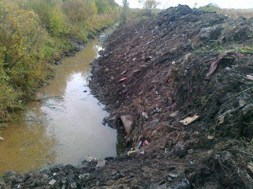 После расчистки и углубления - движения воды в реке Кузьминка не наблюдается. Фото сентябрь 2013 года.