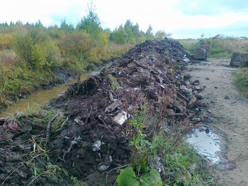 Река Кузьминка служила свалкой долгие годы. Фото сентябрь 2013 года.
