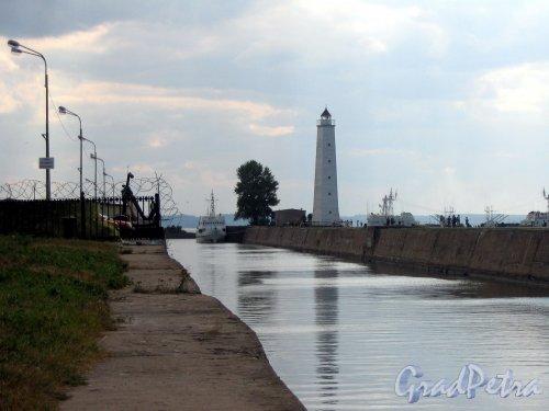 Петровский канал (Кронштадт). Вид на Петровский канал и маяк. Фото август 2006 г.