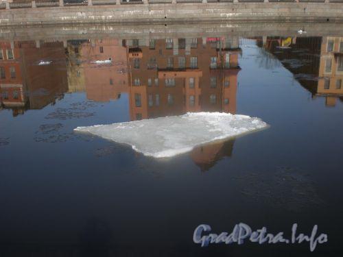 Река Фонтанка в районе Климова пер. Отражение дома №159 по наб. р. Фонтанки. Апрель 2009 г.