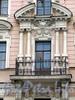 1-я линия В.О., д. 18. Доходный дом И. В. Голубина (И. И. Зайцевского). Фрагмент фасада с балконом. Фото май 2010 г.