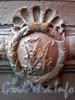 6-я линия В.О., д. 17. Сохранившаяся монограмма владельца Д. Н. Иванова на дверях парадного входа. Фото июль 2009 г.
