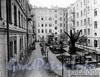 6-я линия В.О., д. 37. Благоустроенный двор дома. Фотоателье К. К. Буллы, 1913 г. (из архива ЦГАКФФД)