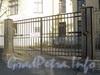 Менделеевская линия, д. 3. Ограда здания НИИ Акушерства и Гинекологии им. Д.О. Отта до реставрации. Ворота. Фото ноябрь 2011 г.