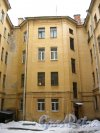 11-я линия В.О., дом 28. Фрагмент жилого дома между лицевым (справа) и дворовым (слева) флигелями. Фото 3 февраля 2013 г.