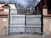 8-ая линия В.О., д. 61. Здание бывшего Благовещенского синодального подворья. Церковь св. Николая Чудотворца. Библиотека СЗАГС. Решетка ворот. Фото апрель 2009 г.