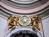 6-я линия В.О., д. 11. Собор святого апостола Андрея Первозванного. Знак ордена Святого Андрея Первозванного, поддерживаемый херувимами над главным входом. Фото август 2009 г.