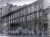 1-я линия В.О., д. 28. Доходный дом Фреймана (Р. Н. Геймбюргера). Фасад здания. Фото 1990-х годов (из книги «Историческая застройка Санкт-Петербурга»)
