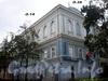 13-я линия В.О., д. 14 / Большой пр., В.О., д. 36 (левый корпус). Бывший церковный корпус Елизаветинского института. Общий вид здания. Фото август 2009 г.