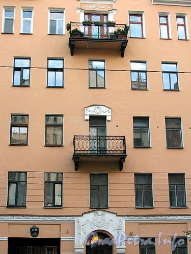 3-я линия В.О., д. 18. Бывший доходный дом. Фрагмент фасада здания. Фото июль 2009 г.