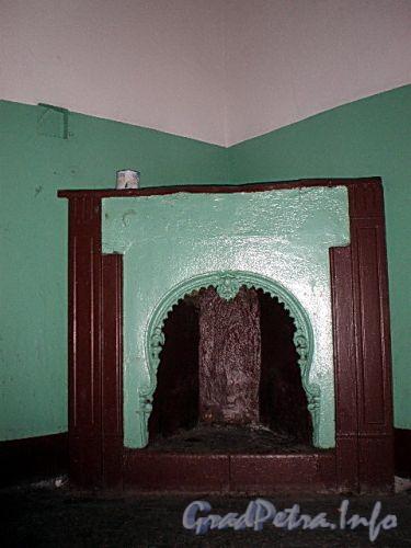16-я линия В.О., д. 9. Жилой дом Александровской мужской больницы. Камин в подъезде дома. Фото октябрь 2009 г.