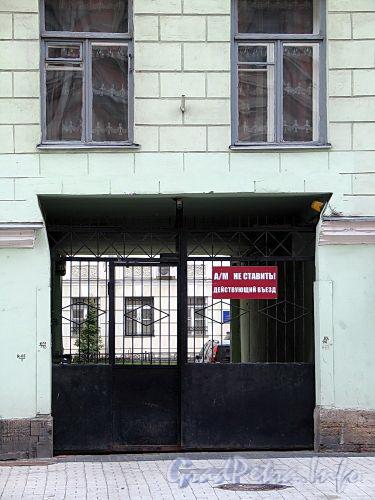 3-я линия В.О., д. 10. Бывший доходный дом. Решетка ворот. Фото май 2010 г.
