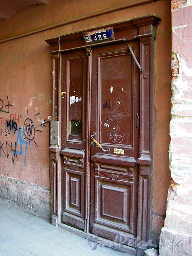 8-я линия В.О., д. 39. Дверь подъезда в арке.