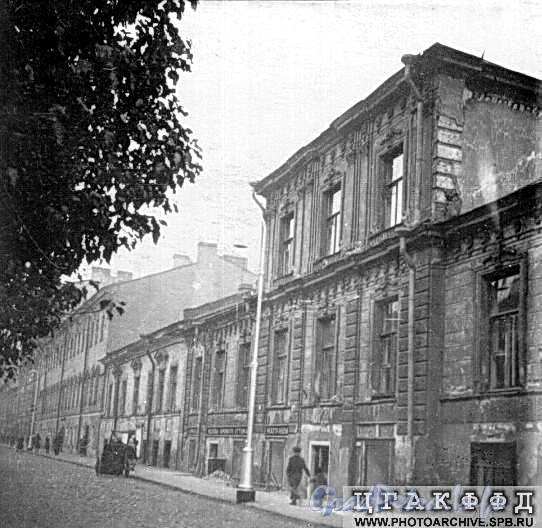 Дома 13 и 15 по 6-й линии В.О. Фото 1951 г. (из архива ЦГАКФФД)