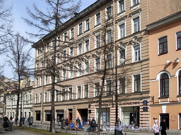 Дома 17 и 19 по 6-й линии В.О. Фото апрель 2011 г.
