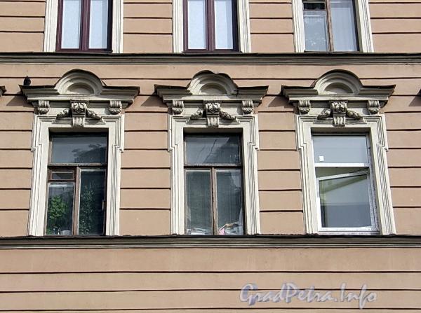 6-я линия В.О., д. 17. Оконные сандрики третьего этажа. Фото апрель 2011 г.