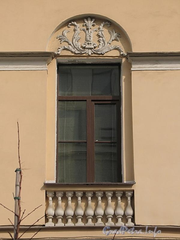 6-я линия В.О., д. 21. Лепная пальметта над окном второго этажа. Фото апрель 2011 г.