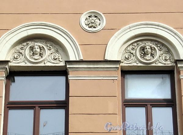 6-я линия В.О., д. 27. Женские головки в сандриках третьего этажа левого корпуса. Фото апрель 2011 г.