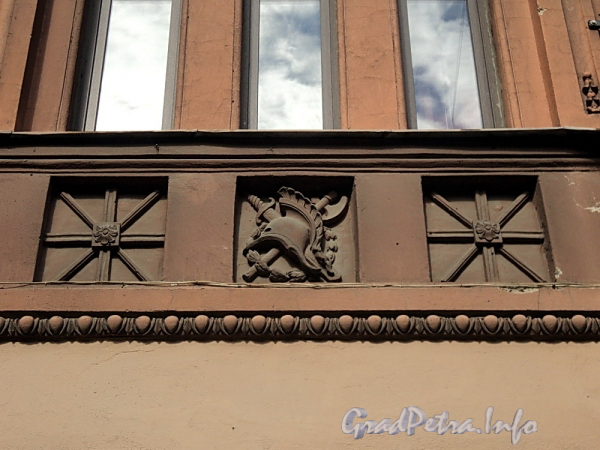 6-я линия В.О., д. 37. Фрагмент фриза над первым этажом. Фото июнь 2010 г.