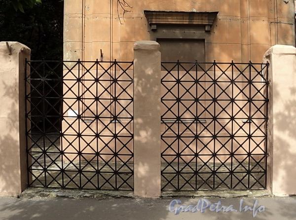 6-я линия В.О., д. 37 А. Фрагмент ограды. Фото июнь 2010 г.