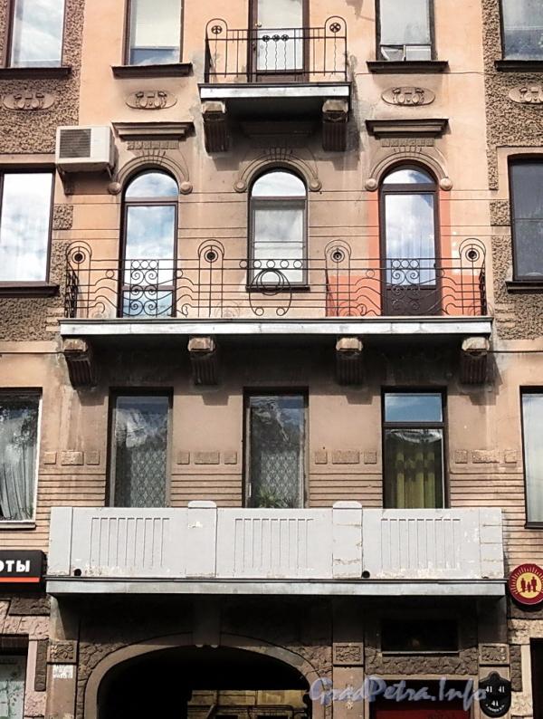 6-я линия В.О., д. 41 (правая часть). Балконы. Фото июнь 2010 г.