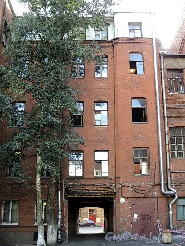 6-я линия В.О., д. 55 (левая часть). Вид со двора. Фото август 2010 г.