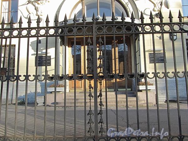 Менделеевская линия, д. 3. Ограда здания НИИ Акушерства и Гинекологии им. Д.О. Отта до реставрации. Фото ноябрь 2011 г.