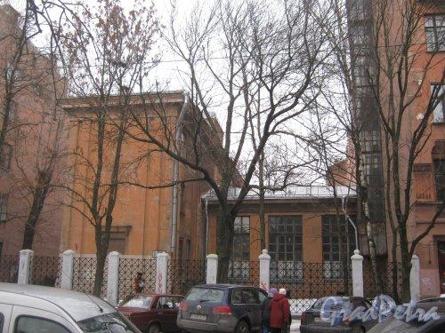 6-я линия В.О., дом 37, корпус 2, литера А. Общий вид с 7-й линии В.О. Фото 12 февраля 2013 г.