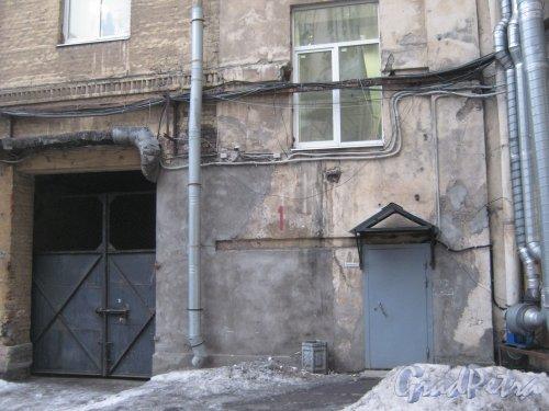 6-я линия В.О., дом 61. Один из входов в здание со стороны внутреннего двора. Фото 12 февраля 2013 г.