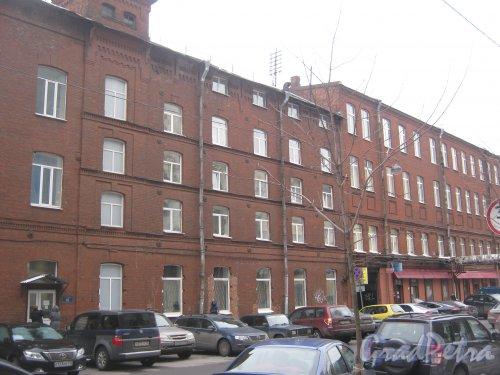 6-я линия В.О., дом 61 (слева) и дом 59, литера Б. Фрагмент фасада зданий. Фото 12 февраля 2013 г.