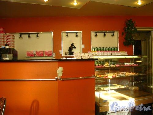 6-я линия В.О., дом 29 / Средний проспект В.О., дом 28. Интерьер в кафетерии при магазине «Белочка». Фото 2 марта 2010 г.