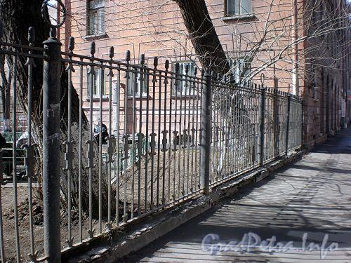Ограда у дома 68 по 8-ой линии В.О. Апрель 2009 г.