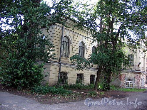 6-я линия В.О., д. 15. Флигель Ларинской гимназии с домовой церковью Св. Татьяны. Вид со двора. Фото август 2009 г.