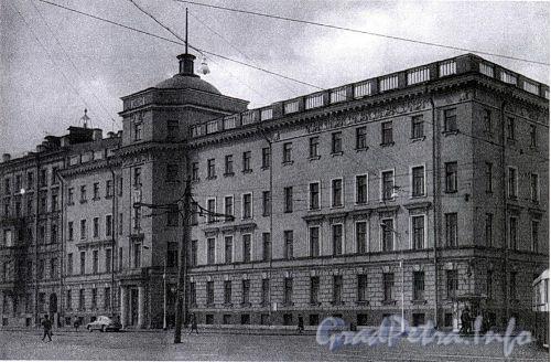 9-я линия В.О., д. 2 / наб. Лейтенанта Шмидта, д. 11. Доходный дом М. С. Воронина. Общий вид здания. Фото 1967 г. (из книги «Историческая застройка Санкт-Петербурга»)