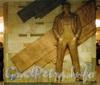 Станция метро «Маяковская». Художественная композиция, посвящённая В. В. Маяковскому, на пилоне вестибюля перед входом в эскалаторный зал. Фото январь 2010 г.