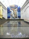 Станция метро «Международная». Общий вид мозаичного панно «Атлант» в торце подземного зала. Фото 2 февраля 2013 г.