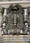 Кировский завод. Подземный перронный зал. Часть скульптурного оформления. Барельеф на капители колонны. Фото июнь 2012 г.