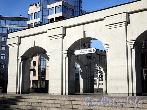 Наземный вестибюль станции метро «Крестовский остров». Фото июнь 2010 г.