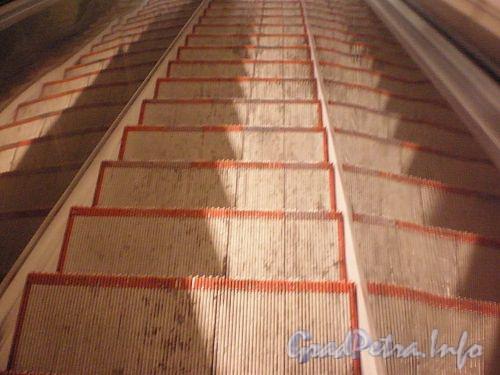 Эскалатор на переходе «Спасская»-«Садовая». Фото декабрь 2009 г.